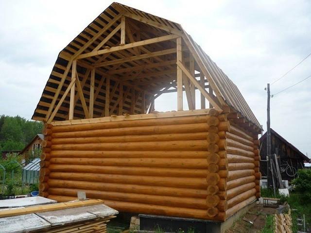 Даже на небольшой постройке мансардная «ломаная» крыша смотрится очень лаконично