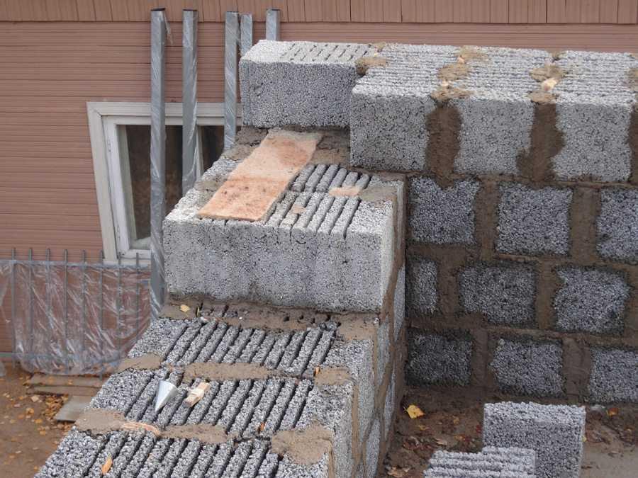При использовании щелястых блоков, стена должна быть толстой