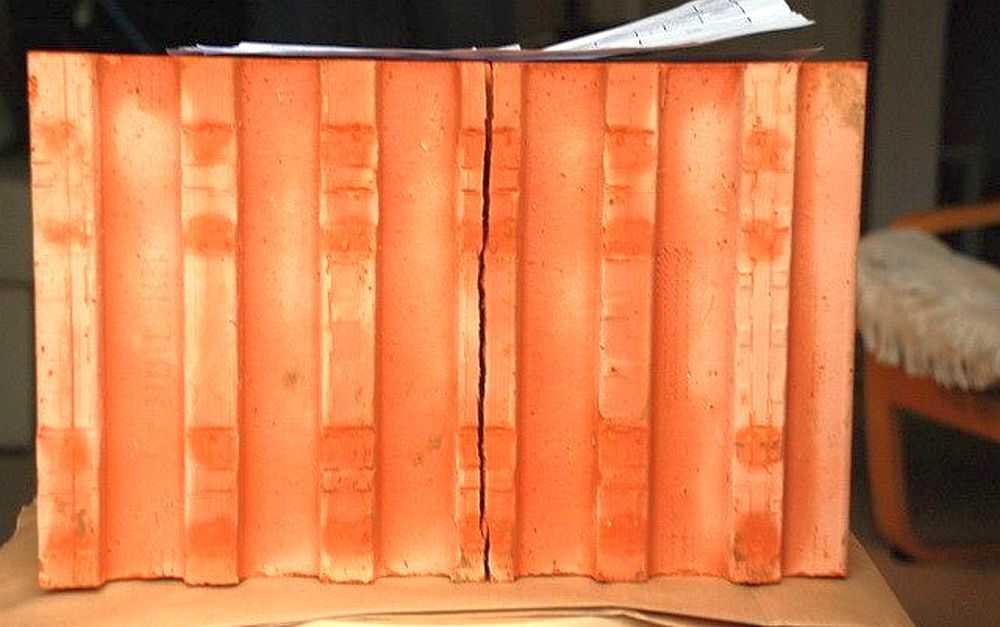 Легкие блоки для строительства из поризованной керамики имеют неплохие характеристики, но могут быть с трещинами